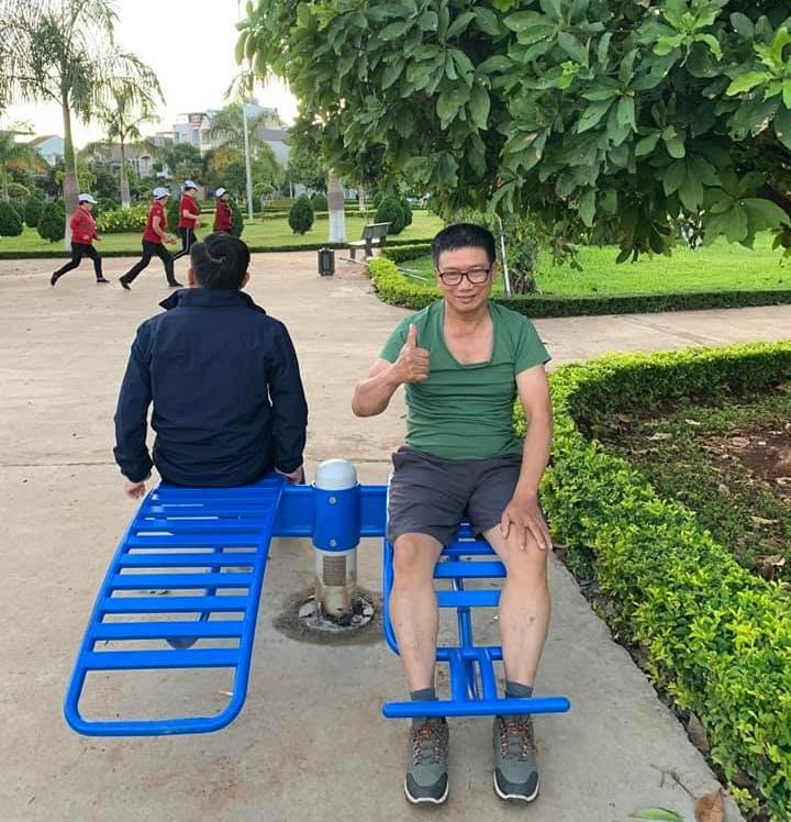 Ghế cong tập lưng bụng ngoài công viên