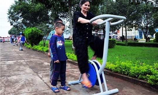 Người già nên tập thể dục thường xuyên để tránh bệnh xương khớp