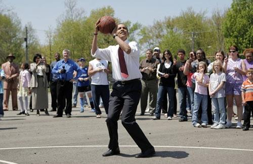 Tổng thống Obama chơi bóng rổ