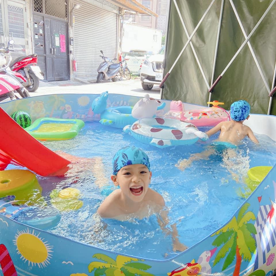 Bé có thể vui chơi ngay tại nhà với bể bơi phao