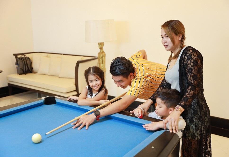 Cả gia đình cùng chơi bida vui vẻ