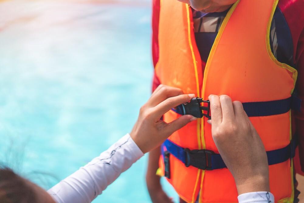 Áo phao là dụng cụ bơi lội cần thiết cho bé và người mới học bơi