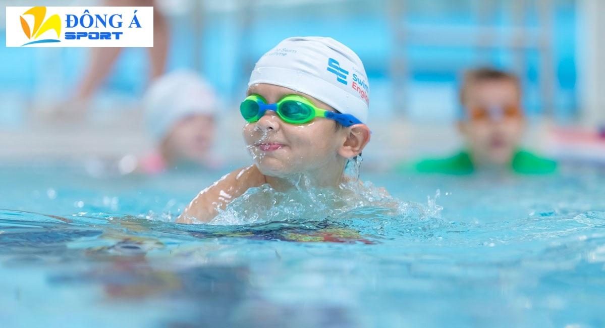 Bố mẹ nên chọn kính bơi loại tốt cho bé