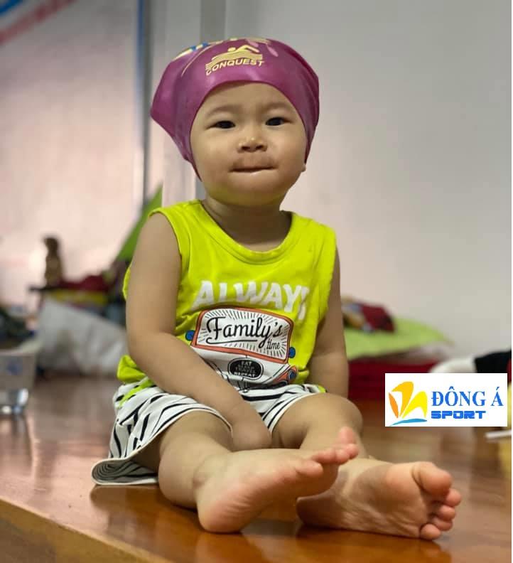 Nên chọn mũ bơi có kích thước phù hợp với đầu trẻ