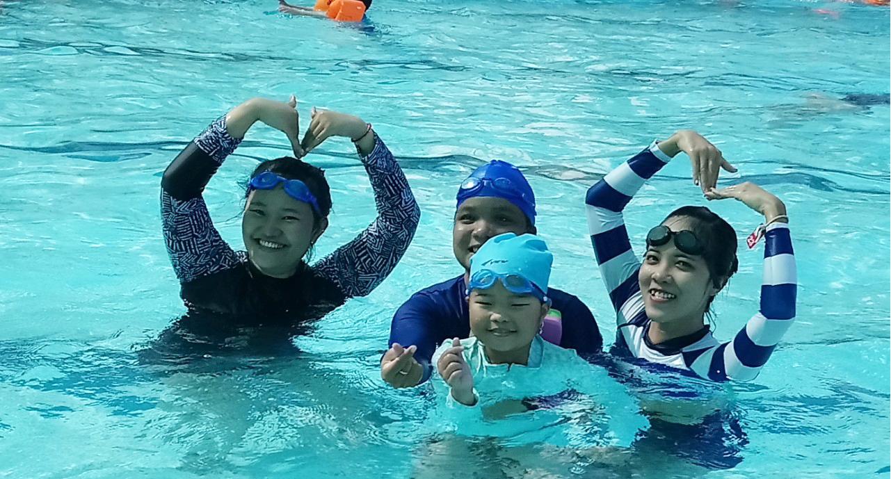 Người mới tập bơi nên chọn một chiếc mũ sáng màu
