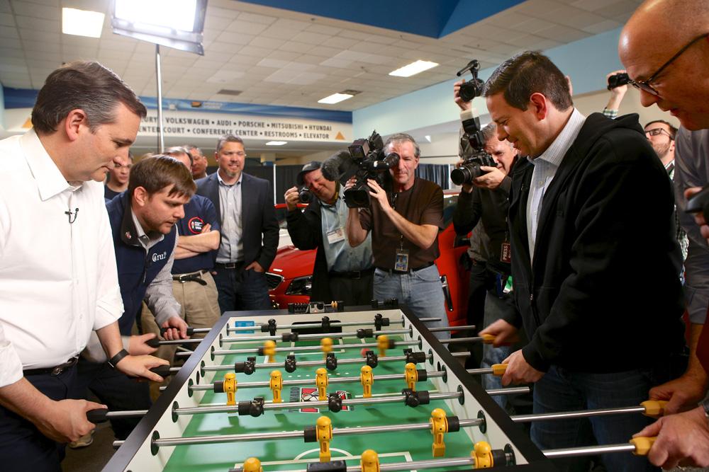 Các chính trị gia nước ngoài chơi bi lắc trước cuộc họp