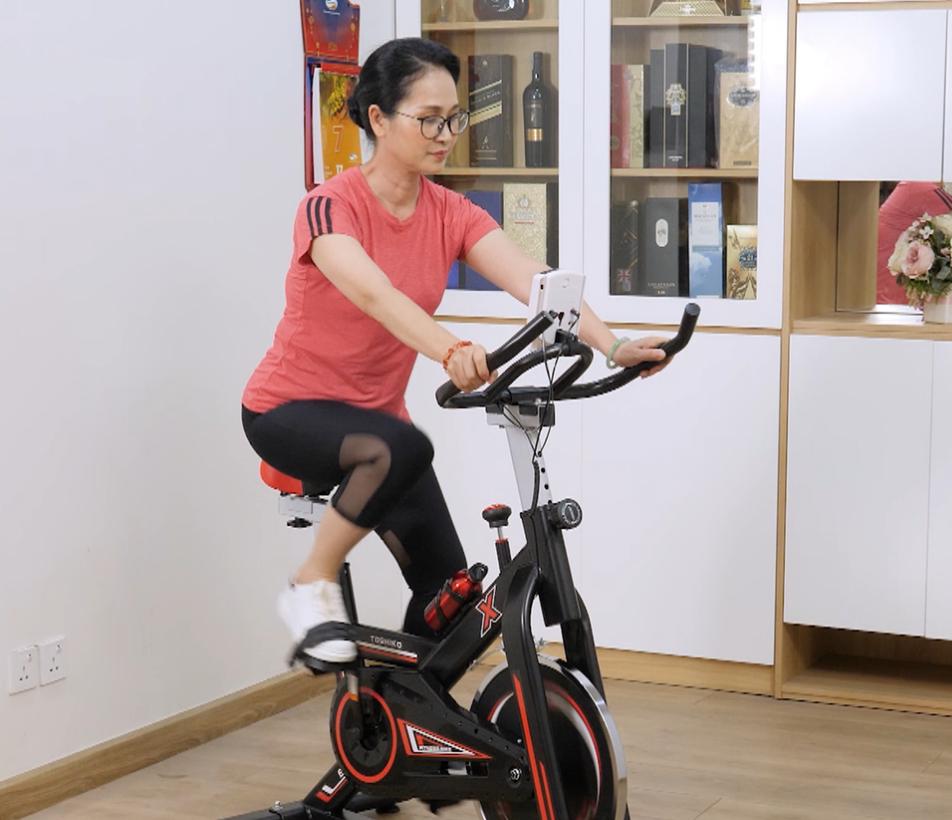 Nghê sĩ nhân dân Lan Hương sử dụng xe đạp tập thể dục tại nhà
