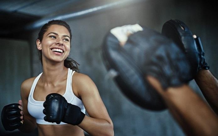 Tập với đích đấm- đá giúp rèn luyện sức khỏe và cải thiện các kỹ năng võ thuật