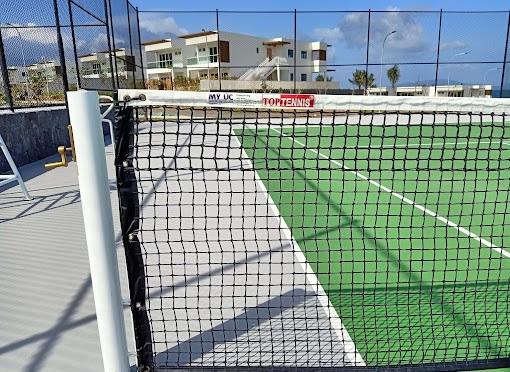 Trụ và lưới đánh tennis ngoài trời